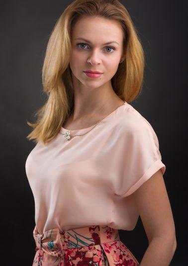 Портрет молодой красивой девушки в розовой кофточке работы фотографа Анатолия Тимофеева