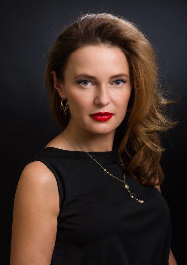 Портрет красивой женщины в платье без рукавов работы фотографа Анатолия Тимофеева