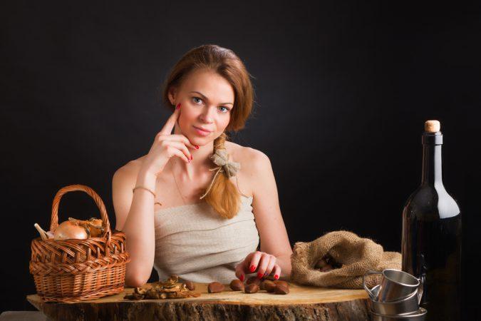 Портрет девушки с каштанами работы фотографа Анатолия Тимофеева