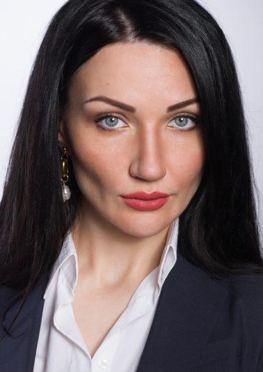 Портрет молодой женщины с темными волосами работы фотографа Анатолия Тимофеева