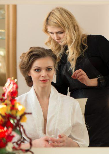 Стилист за работой с невестой фотограф Анатолий Тимофеев