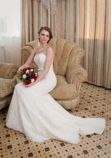 Портрет невесты в свадебном платье с букетом работы фотографа Анатолия Тимофеева
