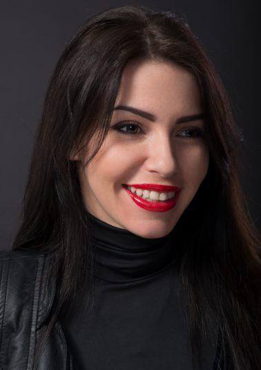 Портрет молодой симпатичной брюнетки с широкой улыбкой работы фотографа Анатолия Тимофеева